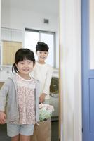 洗濯物を運ぶ姉妹 07800056878| 写真素材・ストックフォト・画像・イラスト素材|アマナイメージズ