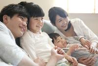 ソファーに座る家族 07800056880| 写真素材・ストックフォト・画像・イラスト素材|アマナイメージズ