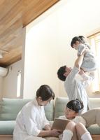 リビングでくつろぐ家族 07800056893| 写真素材・ストックフォト・画像・イラスト素材|アマナイメージズ