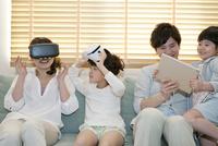 VRゴーグルで遊ぶ家族 07800056926| 写真素材・ストックフォト・画像・イラスト素材|アマナイメージズ