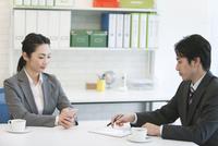 打ち合わせをするビジネスマンとビジネスウーマン 07800056960| 写真素材・ストックフォト・画像・イラスト素材|アマナイメージズ