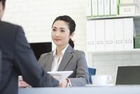 打ち合わせをするビジネスマンとビジネスウーマン 07800056961| 写真素材・ストックフォト・画像・イラスト素材|アマナイメージズ