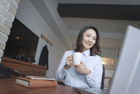 ホテルの部屋で仕事をする女性