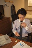 サプリメントを飲むビジネスマン