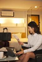 ホテルの部屋で仕事をする女性 07800057044| 写真素材・ストックフォト・画像・イラスト素材|アマナイメージズ