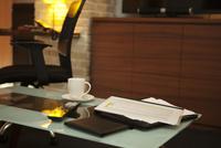 テーブルの上に置かれた資料 07800057045| 写真素材・ストックフォト・画像・イラスト素材|アマナイメージズ