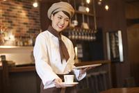 コーヒーを運ぶ店員 07800057081| 写真素材・ストックフォト・画像・イラスト素材|アマナイメージズ