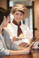 笑顔の店員と女性客 07800057082| 写真素材・ストックフォト・画像・イラスト素材|アマナイメージズ