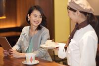 笑顔の店員と女性客 07800057083| 写真素材・ストックフォト・画像・イラスト素材|アマナイメージズ