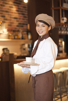 コーヒーを運ぶ店員 07800057087  写真素材・ストックフォト・画像・イラスト素材 アマナイメージズ