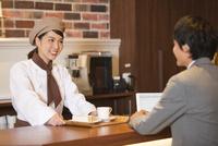 笑顔の店員と客 07800057132| 写真素材・ストックフォト・画像・イラスト素材|アマナイメージズ