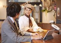 笑顔の店員と客 07800057134| 写真素材・ストックフォト・画像・イラスト素材|アマナイメージズ