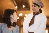 笑顔の店員と女性客 07800057140| 写真素材・ストックフォト・画像・イラスト素材|アマナイメージズ