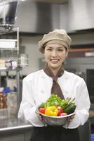 野菜を持つコック 07800057168| 写真素材・ストックフォト・画像・イラスト素材|アマナイメージズ