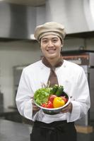 野菜を持つコック 07800057172| 写真素材・ストックフォト・画像・イラスト素材|アマナイメージズ