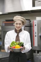 野菜を持つコック 07800057181| 写真素材・ストックフォト・画像・イラスト素材|アマナイメージズ