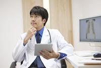 タブレットPCを持つ医師 07800057185  写真素材・ストックフォト・画像・イラスト素材 アマナイメージズ