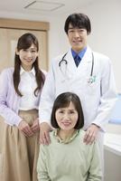 医師と患者 07800057188| 写真素材・ストックフォト・画像・イラスト素材|アマナイメージズ