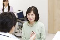 問診をする医師と患者 07800057191| 写真素材・ストックフォト・画像・イラスト素材|アマナイメージズ