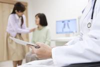 タブレットPCを持つ医師の手元 07800057192  写真素材・ストックフォト・画像・イラスト素材 アマナイメージズ