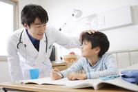 診察をする医師と患者
