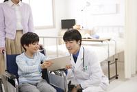 医師と話す男の子
