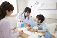 診察をする医師と患者と母親 07800057229| 写真素材・ストックフォト・画像・イラスト素材|アマナイメージズ