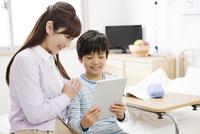 タブレットPCを見る男の子と母親