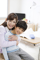 男の子を抱っこする母親