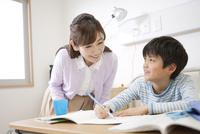 勉強する男の子と母親 07800057242| 写真素材・ストックフォト・画像・イラスト素材|アマナイメージズ