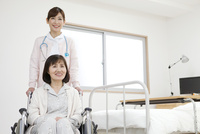 看護師とシニア女性 07800057255| 写真素材・ストックフォト・画像・イラスト素材|アマナイメージズ
