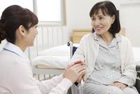 話をする看護師とシニア女性 07800057257| 写真素材・ストックフォト・画像・イラスト素材|アマナイメージズ