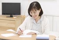 手紙を書くシニア女性 07800057262| 写真素材・ストックフォト・画像・イラスト素材|アマナイメージズ
