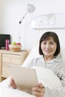 タブレットPCを持つシニア女性 07800057264  写真素材・ストックフォト・画像・イラスト素材 アマナイメージズ
