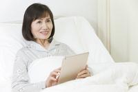 タブレットPCを持つシニア女性 07800057266| 写真素材・ストックフォト・画像・イラスト素材|アマナイメージズ