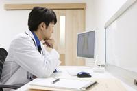 パソコンを見る医師 07800057269  写真素材・ストックフォト・画像・イラスト素材 アマナイメージズ