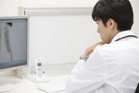 パソコンを見る医師 07800057270  写真素材・ストックフォト・画像・イラスト素材 アマナイメージズ
