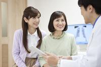問診をする医師と患者 07800057272| 写真素材・ストックフォト・画像・イラスト素材|アマナイメージズ