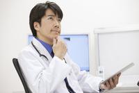 タブレットPCを持つ医師 07800057277| 写真素材・ストックフォト・画像・イラスト素材|アマナイメージズ