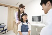 診察をする医師と患者 07800057283| 写真素材・ストックフォト・画像・イラスト素材|アマナイメージズ