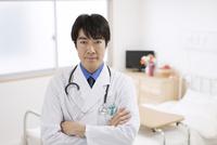 腕組みをする医師 07800057285  写真素材・ストックフォト・画像・イラスト素材 アマナイメージズ