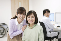 笑顔のシニア女性と娘 07800057287| 写真素材・ストックフォト・画像・イラスト素材|アマナイメージズ