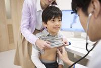 診察を受ける男の子と医師