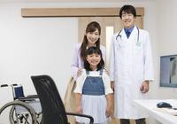 笑顔の医師と患者 07800057293| 写真素材・ストックフォト・画像・イラスト素材|アマナイメージズ