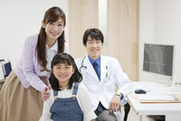 笑顔の医師と患者 07800057295| 写真素材・ストックフォト・画像・イラスト素材|アマナイメージズ