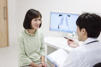 問診をする医師と患者 07800057298| 写真素材・ストックフォト・画像・イラスト素材|アマナイメージズ