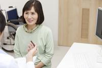問診をする医師と患者 07800057299| 写真素材・ストックフォト・画像・イラスト素材|アマナイメージズ