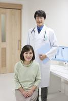 医師と患者 07800057300| 写真素材・ストックフォト・画像・イラスト素材|アマナイメージズ