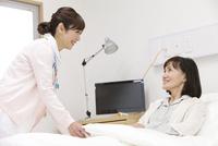 看護師とシニア女性