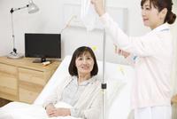 看護師とシニア女性 07800057321| 写真素材・ストックフォト・画像・イラスト素材|アマナイメージズ